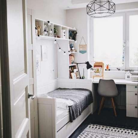 37. Mesa com gaveta para quarto branco com decoração simples – Foto: Pinterest