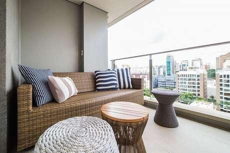 2. Sofá de vime sintético decora a varanda de apartamento. Fonte: Revista viva Decora 2