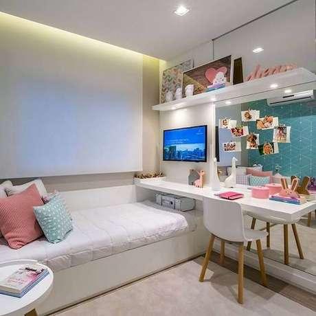 60. Mesa para quarto feminino planejado com parede espelhada – Foto: Arkpad
