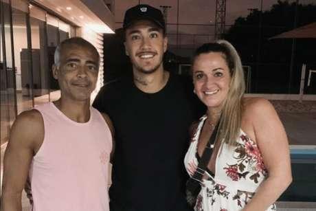Romário (esquerda), seu filho Romarinho (centro) e a mãe Mônica Santoro (esquerda) comemorando descoberta do sexo biológico do primeiro filho de Romarinho (Reprodução / Instagram)