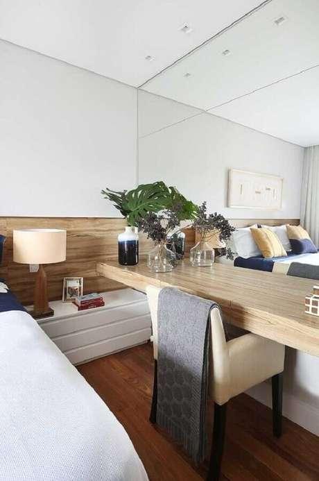 49. Mesa para quarto de casal decorado com parede espelhada e cabeceira de madeira – Foto: Casa de Valentina