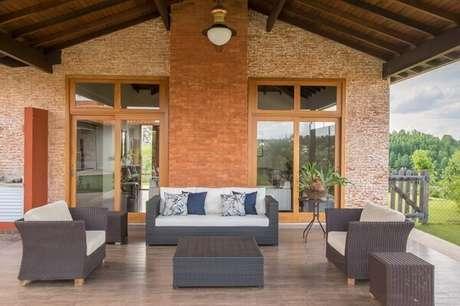 3. Casa de campo com sofá de vime para varanda. Fonte: Noma Estudio