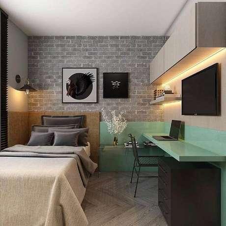 44. Mesa de estudo para quarto de solteiro moderno decorado com gaveteiro preto e papel de parede tijolinho – Foto: Houzz