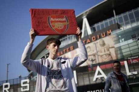 Torcedor protesta no Emirates (Foto: TOLGA AKMEN / AFP)