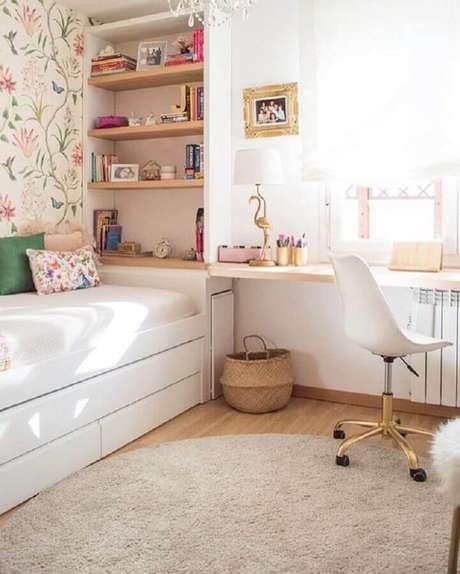 54. Mesa para quarto feminino decorado com papel de parede floral – Foto: Pinterest