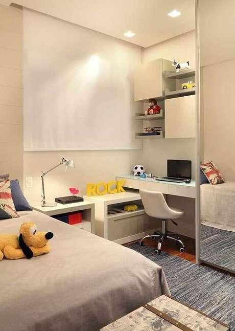 17. Decoração com guarda roupa espelhado e mesa de estudo para quarto branco – Foto: Casa de Valentina