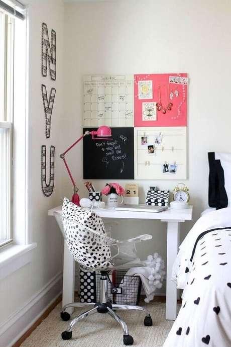 36. Decoração simples com mesa pequena para quarto – Foto: Pinterest