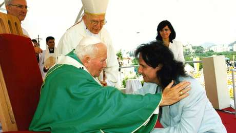 Roberto Carlos com Papa João Paulo 2º: além de canções românticas e ecológicas, Roberto escreveu canções religiosas, como Jesus Cristo (1970), A Montanha (1972) e Luz Divina (1991)
