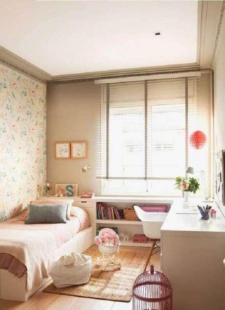 19. Mesa de canto para quarto feminino decorado com papel de parede floral – Foto: Pinterest