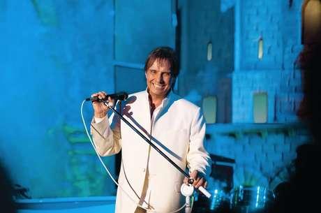 Considerado por muitos o rei da música popular brasileira, Roberto Carlos é tema de tributos em discos, livros e filmes.