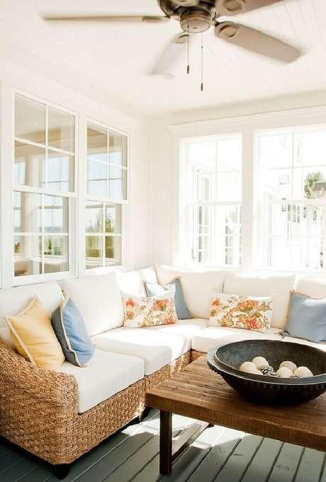13. O ventilador de teto traz frescor para a sala com sofá de vime. Fonte: Pinterest