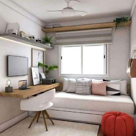 15. Decoração com várias almofadas e mesa suspensa para quarto de solteiro – Foto: Arkpad