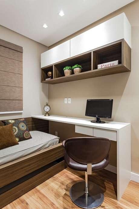 40. Mesa de escritório para quarto de solteiro decorado com armário aéreo – Foto: Rúbia M. Vieira Interiores