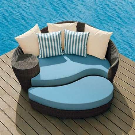 31. Modelo de sofá de vime redondo com estofado azul charmoso. Fonte: Pinterest