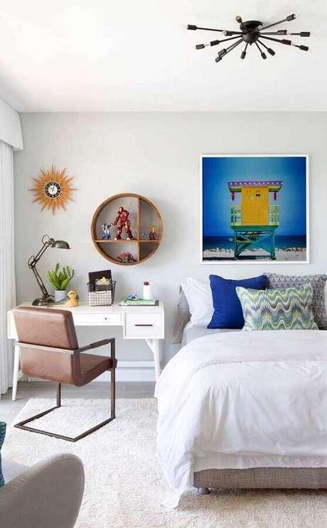 1. Decoração com mesa pequena para quarto branco e nicho redondo de madeira – Foto: Pinterest