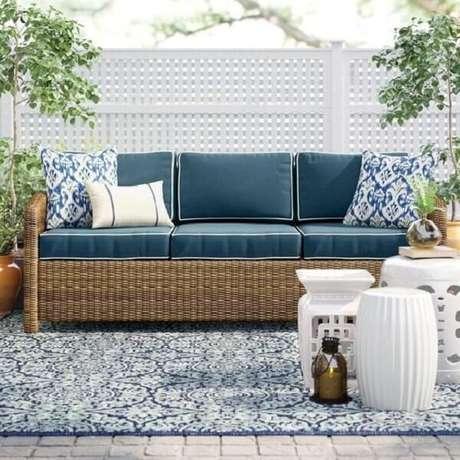 7. O sofá de vime e o garden seat branco criam uma atmosfera aconchegante no terraço. Fonte: Pinterest