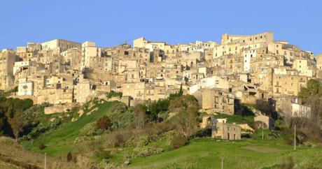 Cidade no sul da Itália vende casas por 1 euro para revitalizar região