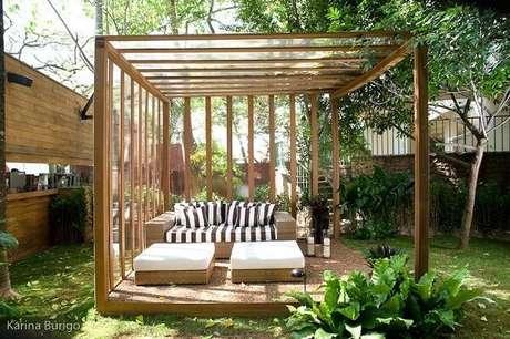 54. Sofá de vime para área externa decora a área do pergolado de madeira. Fonte: Lidiane Lourenco