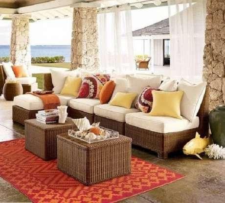 61. Use e abuse de elementos como almofadas e mantas para decorar seu sofá de vime. Fonte: Pinterest
