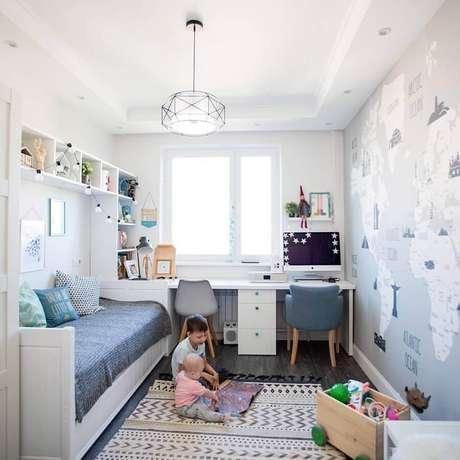 34. Decoração simples com mesa para quarto infantil – Foto: Decoideas