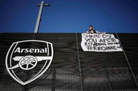 Faixa estendida no Emirates Stadium (Foto: Tolga Akmen / AFP)