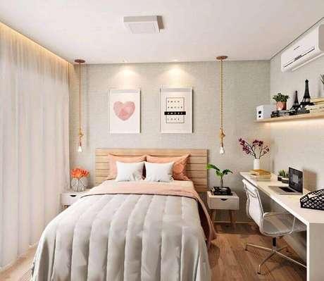 45. Mesa para quarto feminino decorado com cabeceira de madeira e pendente corda – Foto: Casa de Valentina