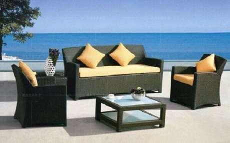 36. O estofado colorido traz um toque diferenciado para o sofá de vime. Fonte: Pinterest