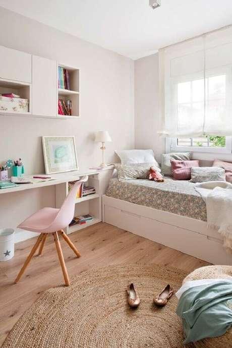 52. Mesa para quarto de solteiro todo branco decorado com tapete redondo e bicama – Foto: Micasa Revista