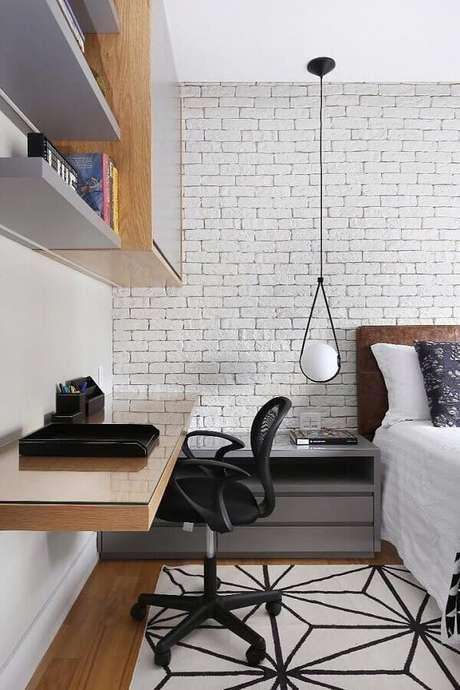 48. Mesa suspensa para quarto de casal moderno decorado com parede de tijolinho branca – Foto: Zuleide Borges