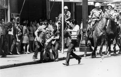 Estudantes entram em confronto com a polícia durante manifestação em 1968