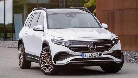 Dianteira do novo Mercedes EQB traz faróis com design angulado e nova grade em preto brilhante.
