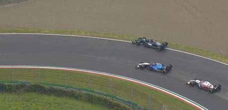 ... obrigando o heptacampeão a sair da pista para não rodar. Por sorte, Hamilton conseguiu retornar à disputa.