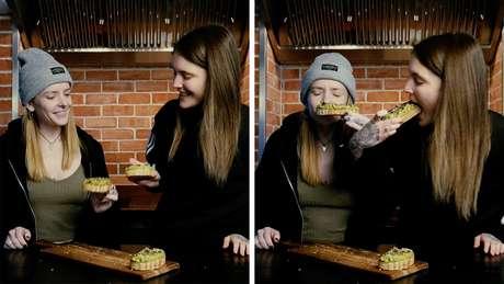 Loretta e Amy: Loretta cheira a comida enquanto Amy prova