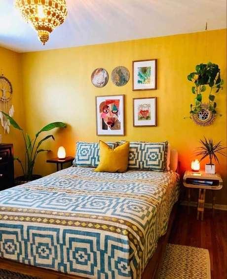 38. Parede amarela para decoração de quarto de mulher simples – Foto: Pinterest