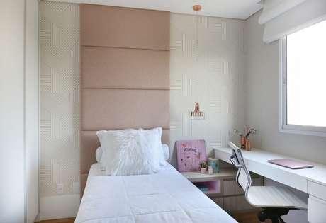 62. Decoração de quarto de mulher de solteiro com cabeceira estofada rosa claro e papel de parede delicado – Foto: Belluzzo Martinhão