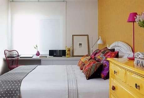 56. Parede amarela para decoração de quarto de mulher pequeno e simples – Foto: Pinterest