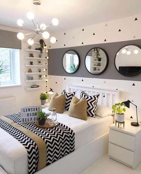 20. Quarto de mulher cinza e branco decorado com espelhos redondos e lustre moderno – Foto: Oppa Design