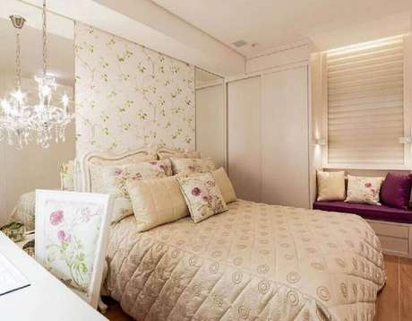 24. O papel de parede floral garantem um toque bem feminino para a decoração de quarto de mulher romântico – Foto: Pinterest