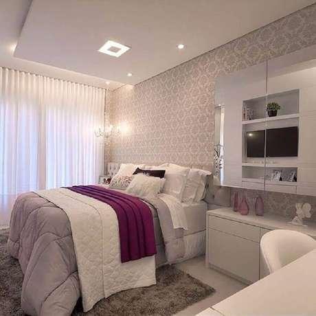 35. Decoração com papel de parede para quarto de mulher – Foto: Machado & Weiss