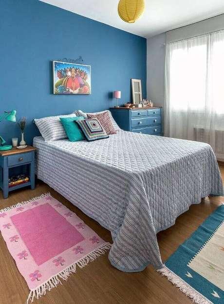 39. Decoração de quarto de mulher simples com parede e móveis azuis – Foto: Casa de Valentina