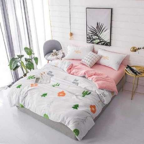 41. Decoração minimalista para quarto de mulher com mesa lateral redonda – Foto: Pinterest