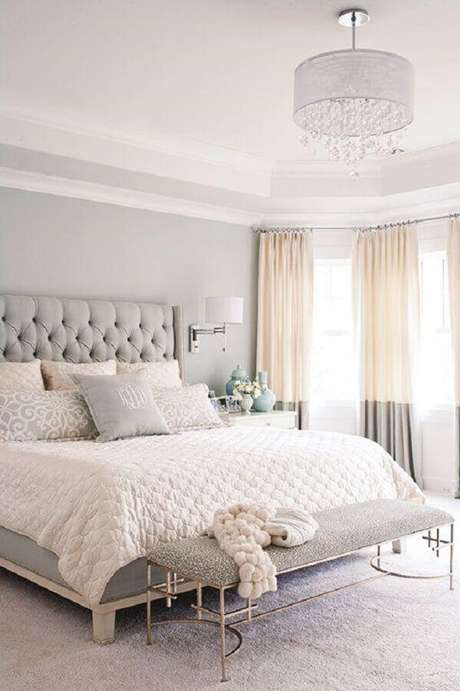 13. Decoração romântica para quarto de mulher clean com cabeceira capitonê cinza claro – Foto: Pinterest