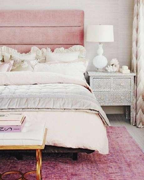 15. Decoração para quarto de mulher com cabeceira estofada cor de rosa – Foto: We Heart It