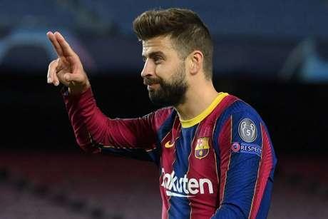 Piqué é um dos líderes do elenco do Barcelona (Foto: LLUIS GENE / AFP)