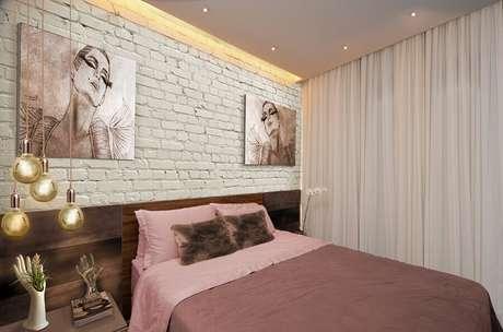 26. Decoração de quarto de mulher com parede de tijolinho branca – Foto: We Heart It