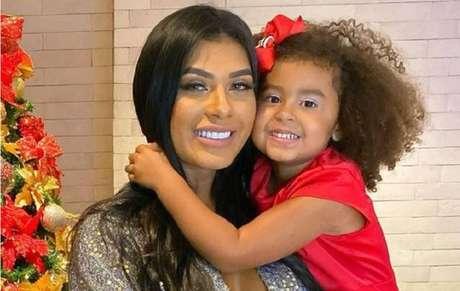 A cantora Pocah e sua filha Vitória, de cinco anos