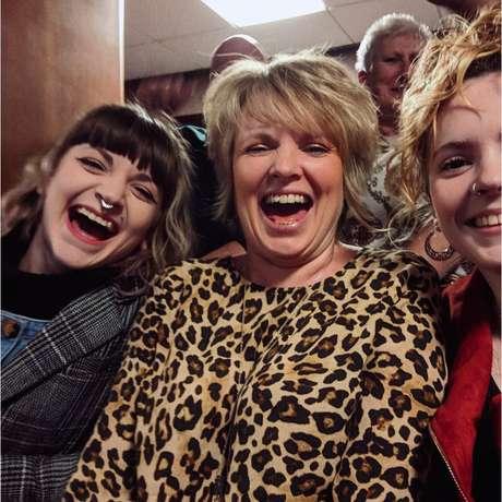 Julie com Loretta (à direita) e Abbie