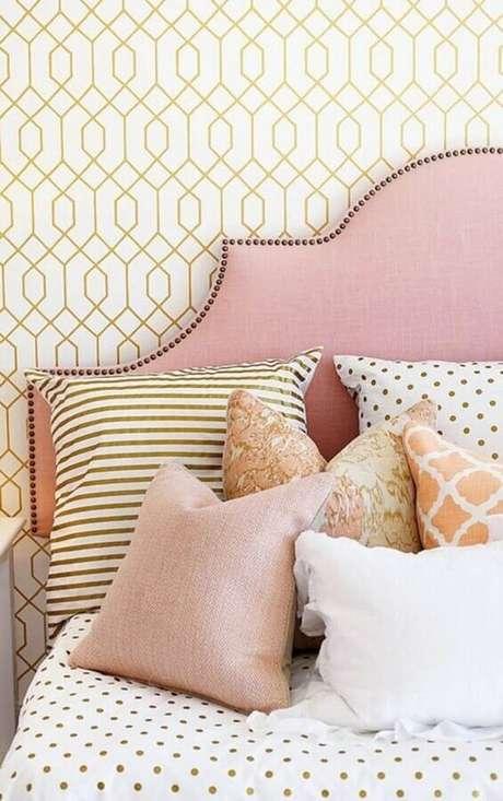 49. Papel de parede delicado para quarto de mulher decorado com cabeceira estofada rosa – Foto: Style Me Pretty
