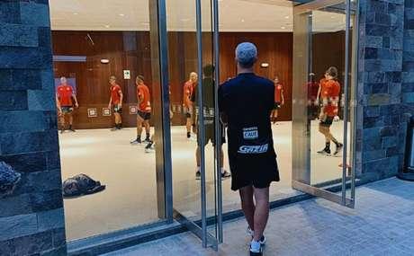 Crespo supervisionou atividades físicas no hotel (Foto: Reprodução/Twitter @SaoPauloFC)