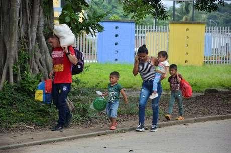 Migrantes venezuelanos caminham por rua de Arauquita, na Colômbia 05/04/2021 REUTERS/Stringer